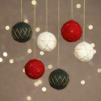 Aguja fieltro bolas de Navidad hechas de bolas de poliestireno decoradas con hilo de oro
