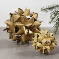 Una gran estrella tejida hecha de 24 tiras de papel para estrellas