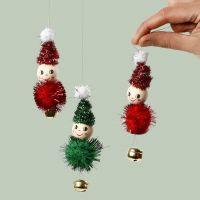 Elfos para colgar hechos de limpiadores de tuberías, pompones y campanas