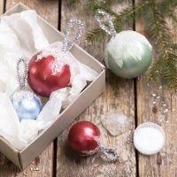 Bolas de Navidad decoradas con pintura Art Metal y nieve artificial