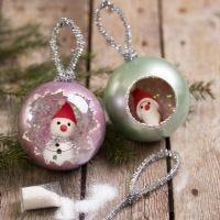 Bolas de Navidad decoradas con pintura Art Metal, brillo y figuras miniaturas de Silk Clay