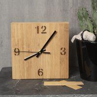 Una caja de reloj decorada con chapa de bambú