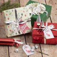 Envoltura de regalo con decoraciones navideñas