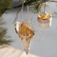 Un cono de madera decorado con diseños estampados y materiales naturales