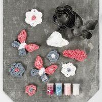 Decoraciones colgantes hechas de Foam Clay Large utilizando cortadores de forma