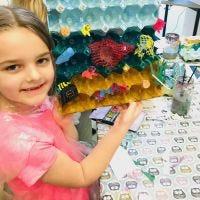 El mar y el pescado de bandejas de huevos decoradas y residuos plásticos