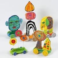 Esculturas en ruedas de cartón reciclado y gasa vendaje