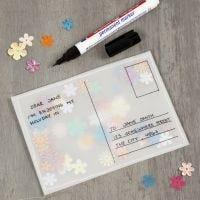 Una tarjeta postal hecha de papel vitela y llena de lentejuelas