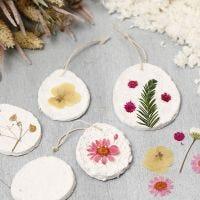 Decoraciones colgantes de pupla de papel maché decorada con flores secas