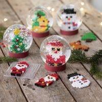 Globos de nieve con figuras navideñas hechas de cuentas de fusible Nabbi
