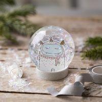 Un globo de nieve con un dibujo y purpurina