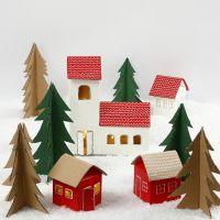 Un pueblo de Navidad de cartones de leche/jugo y árboles de Navidad de cartón reciclado