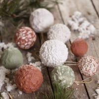 Bolas navideñas con pasta de papel mâché