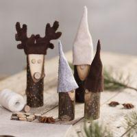 Un elfo y un reno de palos de madera