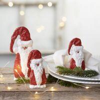 Un Padre Navidad de madera cubierto de vendaje de gasa