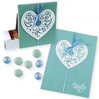 Una invitación en un caja con corazones de filigranas de papel